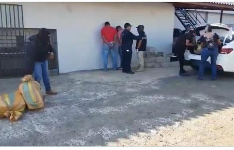Detienen a dos que transportaban 91 paquetes de presunta droga