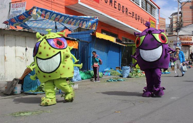 Unos simpáticos muñecos de COVID-19, la original idea de la Policía Boliviana