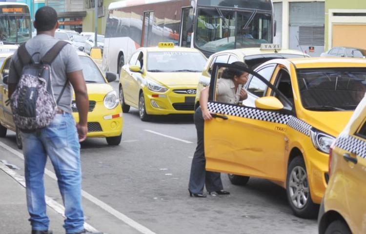 Restringen a la mitad la circulación de taxis en todo el país