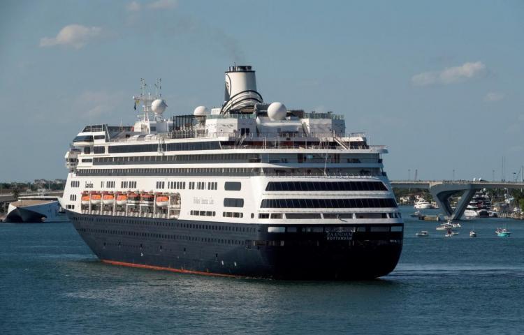 Autorizan el desembarco en Florida de los pasajeros de dos cruceros con enfermos de COVID-19