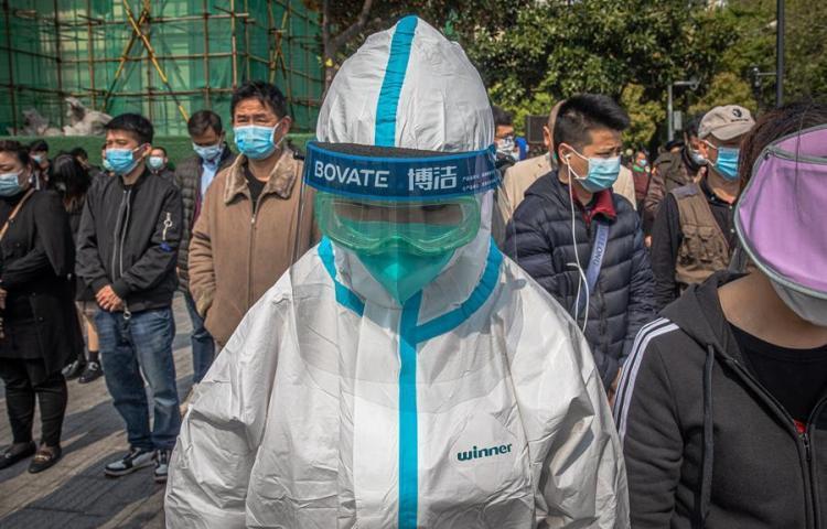 Desinfección, higiene y mascarilla obligatorios para frenar el virus en Wuhan