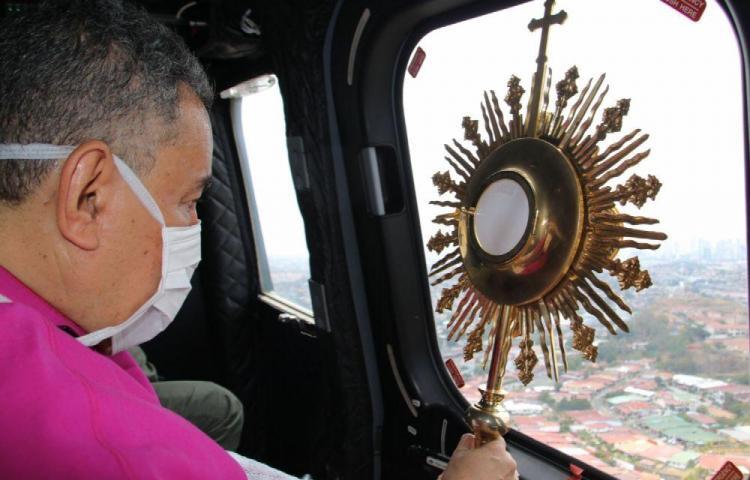 Santísimo Sacramento sobrevoló hogares panameños