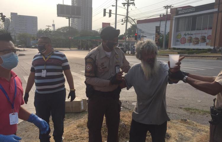 Alcaldía rescata adultos mayores asiáticos que vivían en la calle