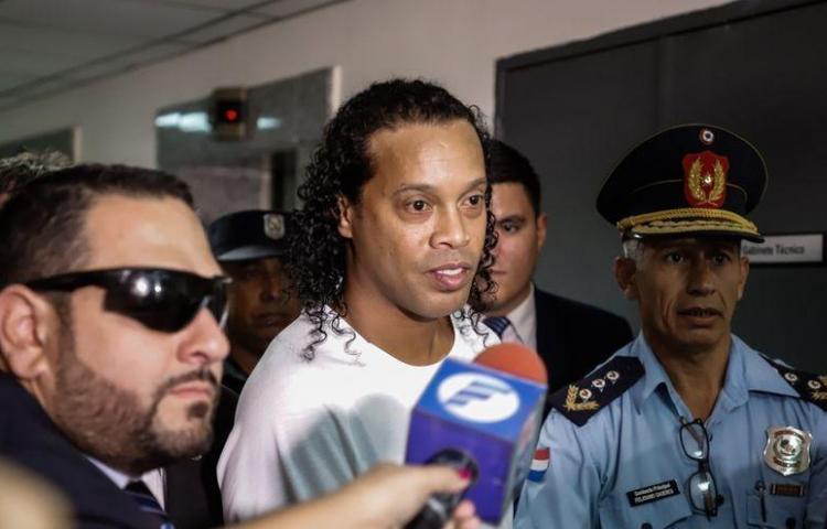 Otorgan arresto domiciliario a Ronaldinho tras el pago de una fianza millonaria