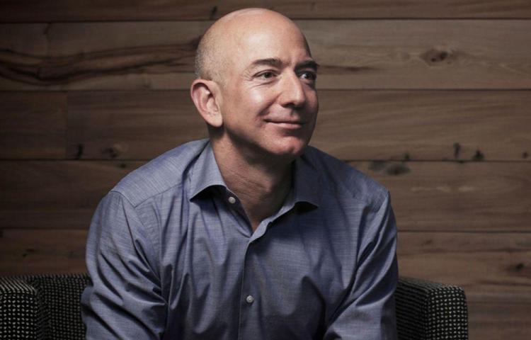 Jeff Bezos se une a la causa y dona $100 millones