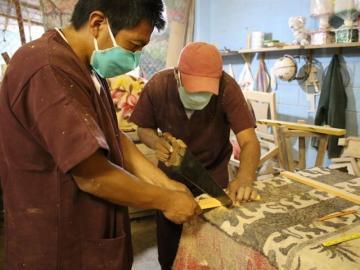 Presos ecuatorianos fabricarán féretros para víctimas del COVID-19