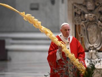 """El papa honra a los """"santos"""" que luchan contra la pandemia"""