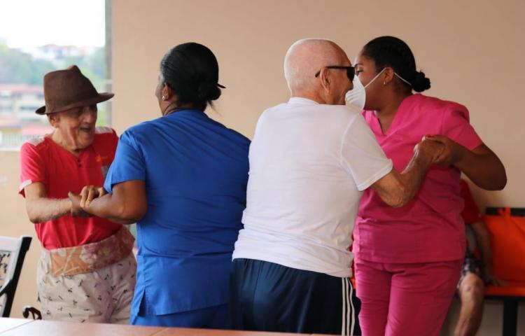 PN lleva alegría a los abuelitos del Hogar El Salvador