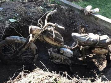 Descubre una moto enterrada en el patio