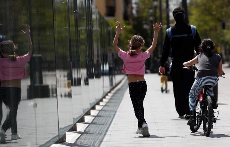 Niños españoles vuelven a las calles después de 43 días en casa, pero sigue la cuarentena