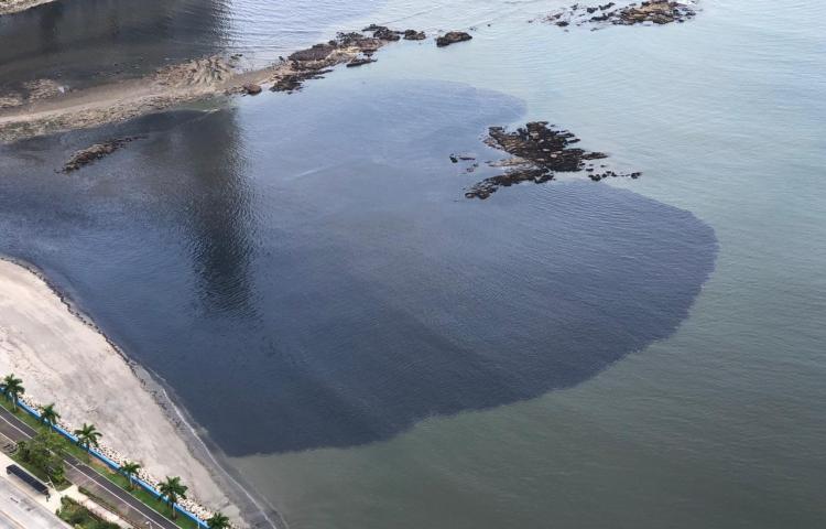 Denuncian mancha de aceite en la bahía de Panamá
