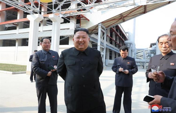 Kim Jong Un inaugura fábrica tras rumores sobre su salud