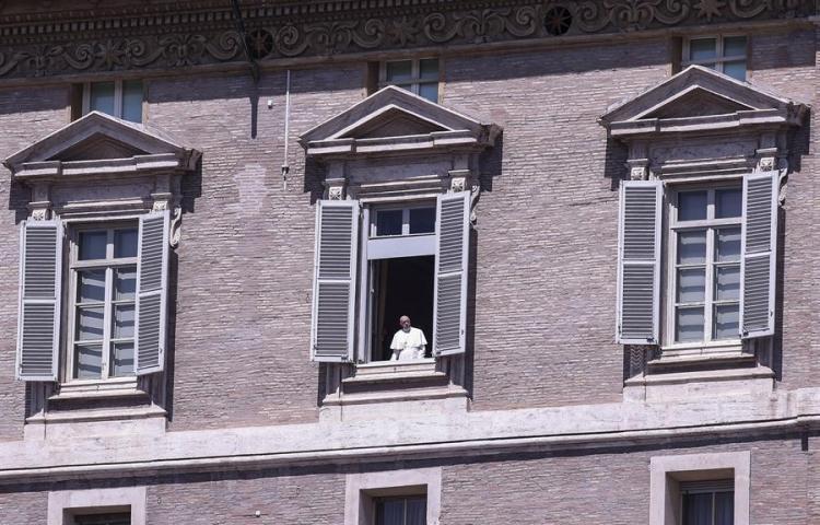 El papa rinde homenaje a los sacerdotes y médicos muertos por coronavirus