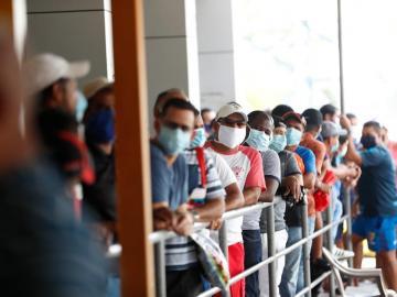En supermercados se llevan a varios detenidos por salir a horas no correspondidas