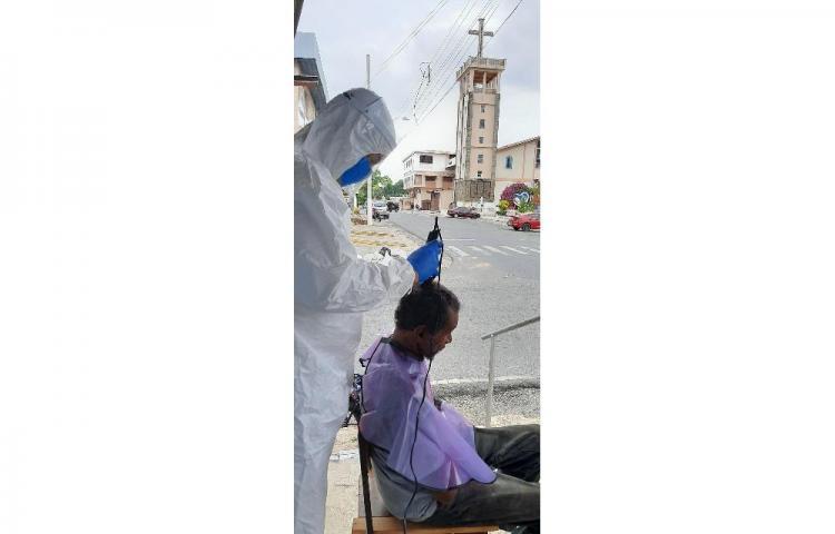 Chorreranos realizan entrega de comida y mascarillas a indigentes