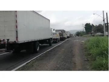 Larga fila de autos en cerco sanitario de Capira