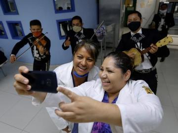 Médicas que atienden COVID-19 en México reciben regalos por Día de las Madres