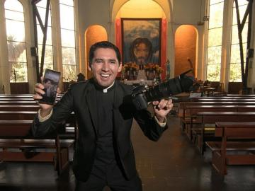 Un sacerdote boliviano causa furor en Tik Tok mostrando su faceta humorística