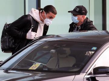 Zlatan Ibrahimovic, multado en su país por manejar lujoso auto sin registro