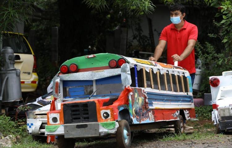 Romel crea carros con material reciclado