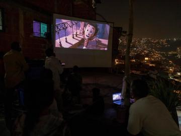 Cine y plegarias para acallar las balas en Venezuela