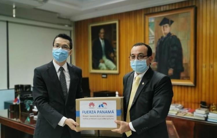 Estudiantes de la UP reciben donativo de tablets