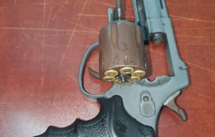 Capturan a dos en San Joaquín tras dejar tirada un arma de fuego