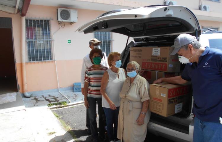 Egresados institutores donan medicinas e implementos a asilo Bolívar y orfelinato Malambo