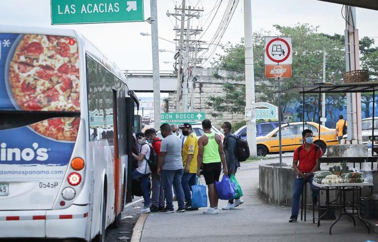 Viajar en metrobús, el temor de contraer el virus