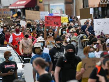 Miles protestan por la muerte de afroamericano a manos de policías en EE.UU