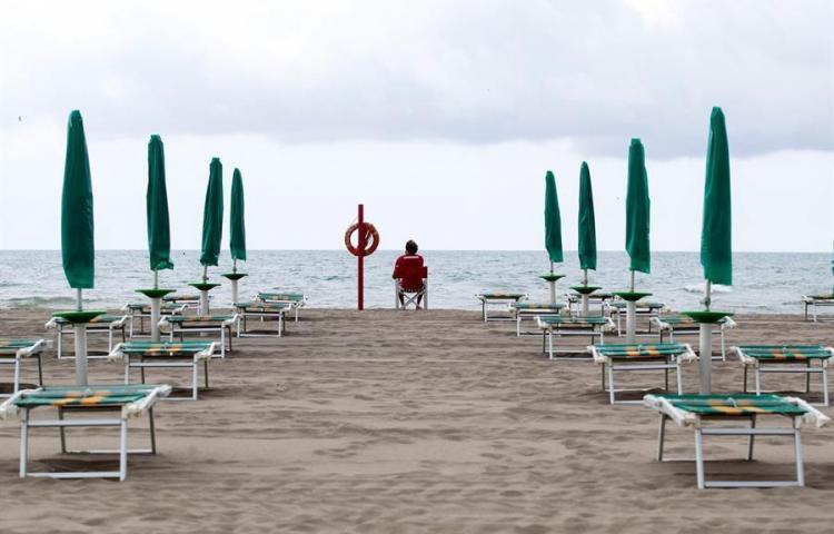 Italia reabre sus playas con la ayuda de apps y de vigilantes