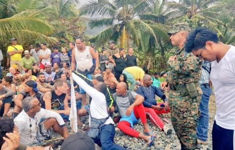 Gobierno busca movilizar a migrantes varados a Costa Rica