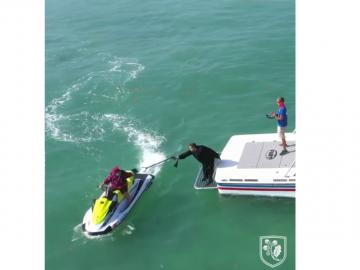 Realizan en Florida una graduación en motos de agua para evitar el COVID-19