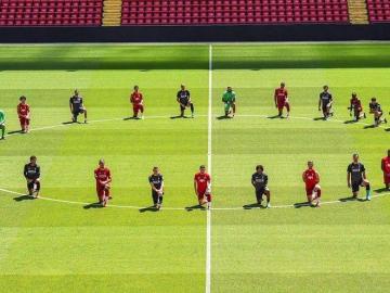 Jugadores del Liverpool se arrodillan en Anfield