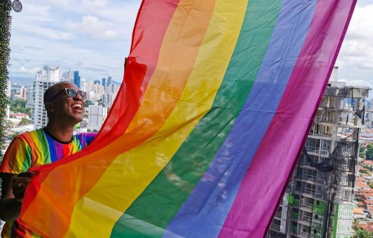 En medio de la Pandemia izan bandera del orgullo LGBITQ+