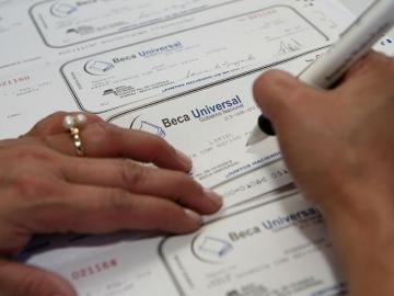 Gobierno realiza primer pago de Beca Universal