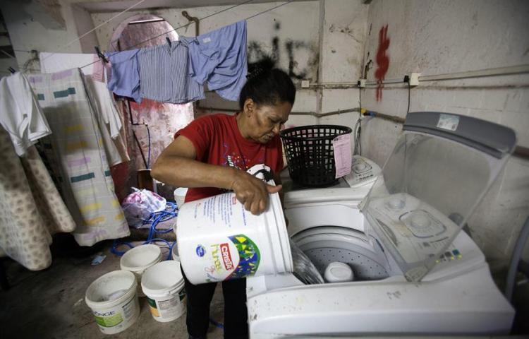 Mujeres dedican el doble de tiempo que los hombres a las labores domésticas