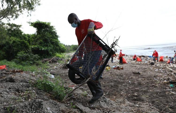 Limpian las playas en Costa del Este