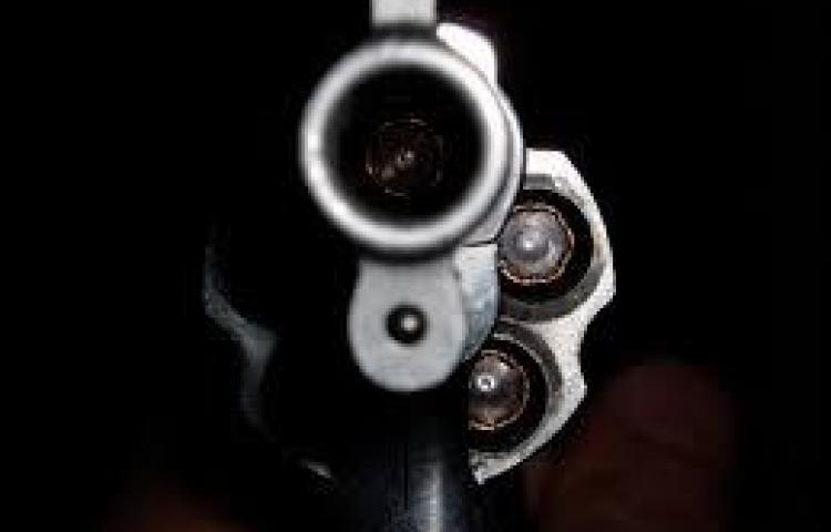Lo agarran con arma y municiones ilegales