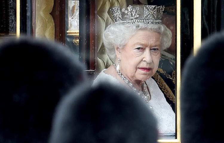 Isabel II alaba la labor de los voluntarios, entre ellos su familia
