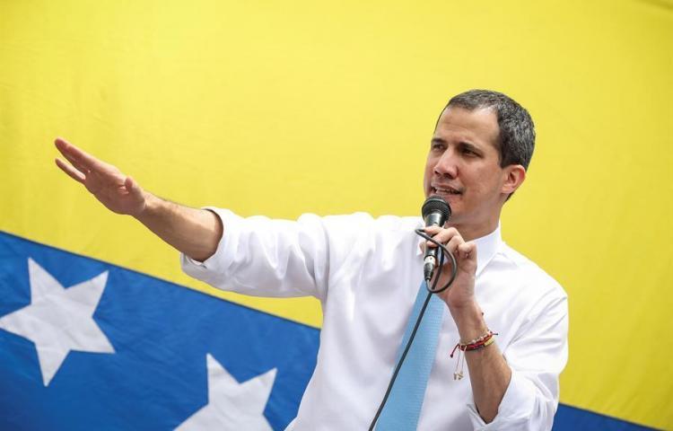 Guaidó reaparece en calles de Caracas tras rumores de protección diplomática