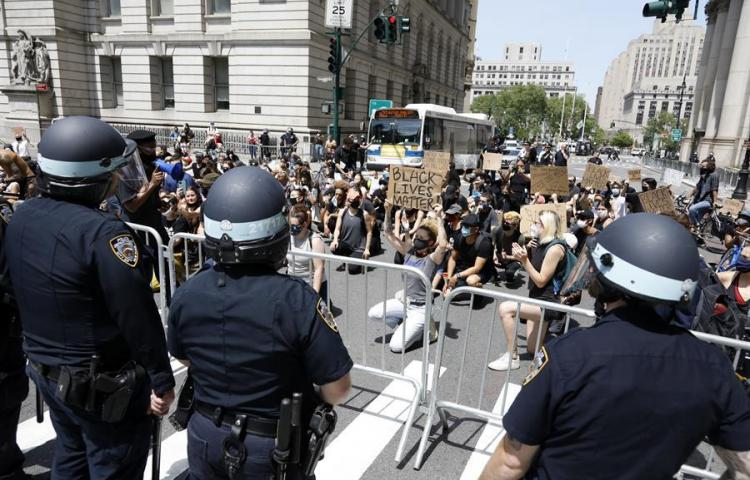 Se entrega policía de Nueva York acusado de empujar a mujer durante protesta