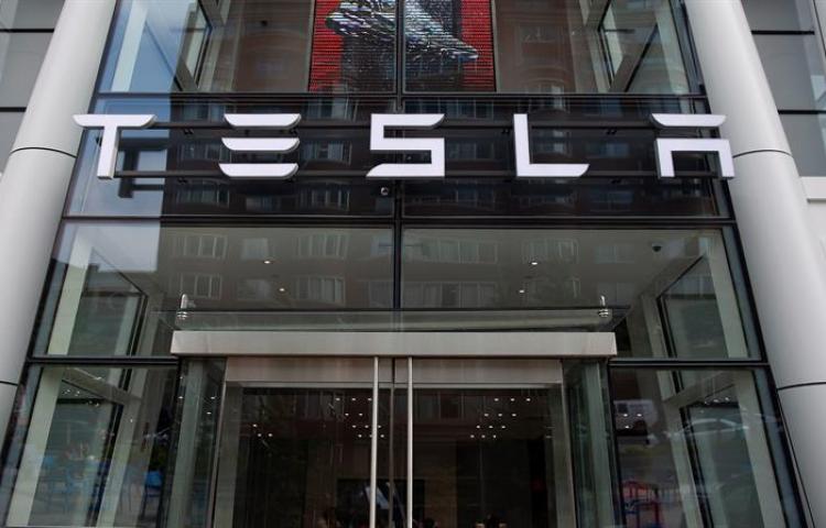 Las acciones de Tesla superan la barrera de los 1.000 dólares