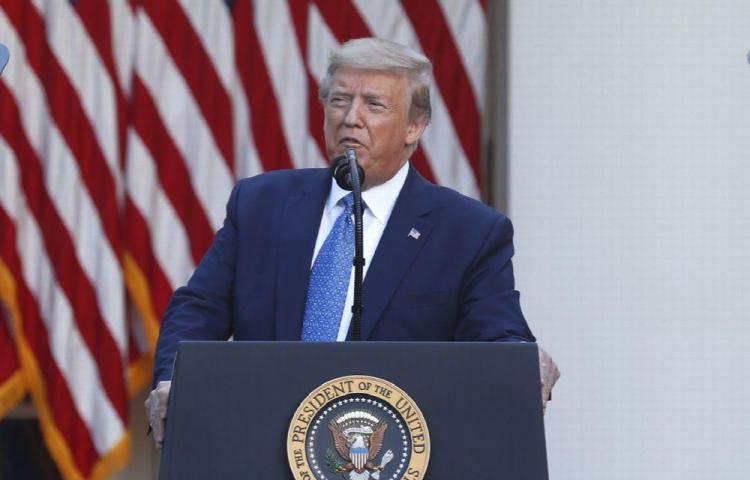 Trump desea vetar práctica 'inocente' de inmovilizar a detenidos por cuello