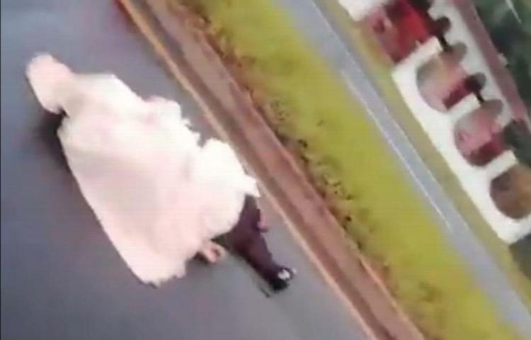 Por no cruzar el puente auto le arrancó la vida