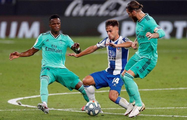 Merengues le pasan por encima al Espanyol y lideran La Liga