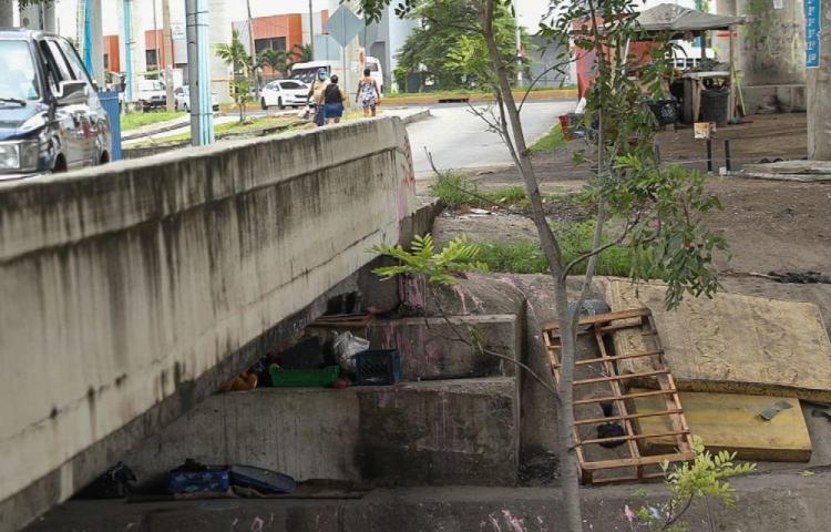 Duermen debajo de un puente vehicular