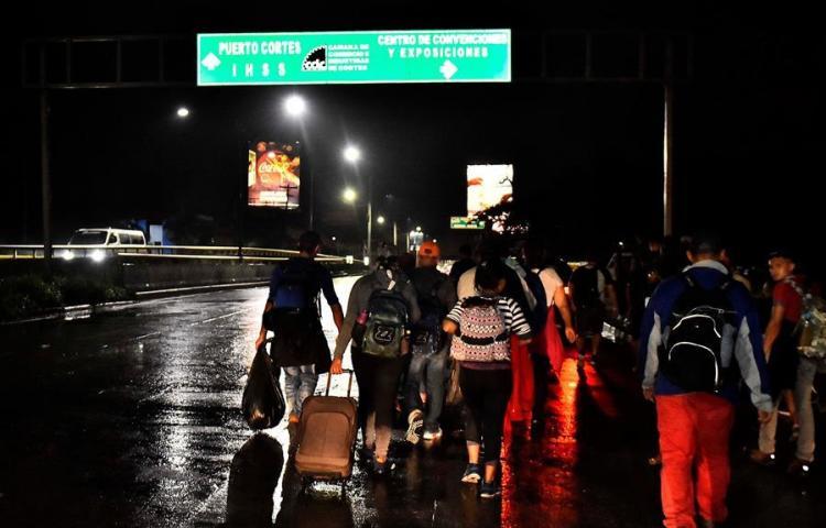 Una pequeña caravana de inmigrantes hondureños sale hacia Estados Unidos