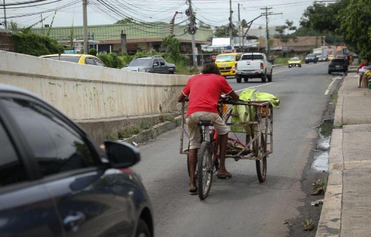 Hombre causa tranques en medio de la carretera