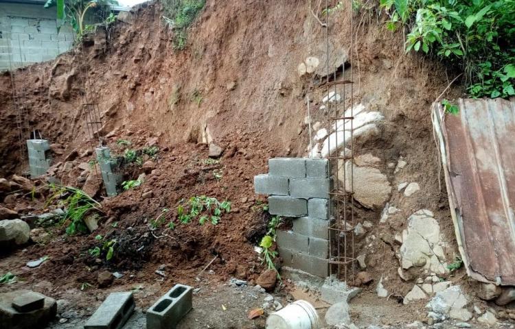 Realizan inspección para evitar afectación en casa cercana a derrumbe en Colón